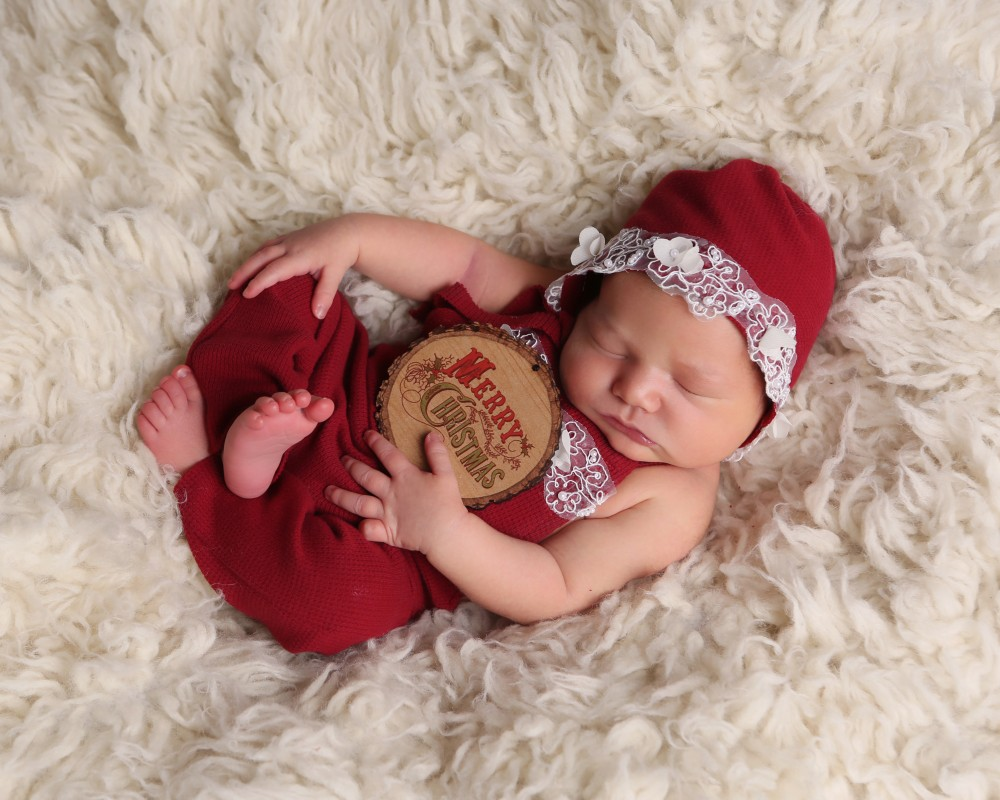 newborn-baby-christmas-picture-merry