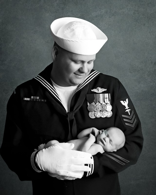 newborn-military-dad-photo-indianapolis