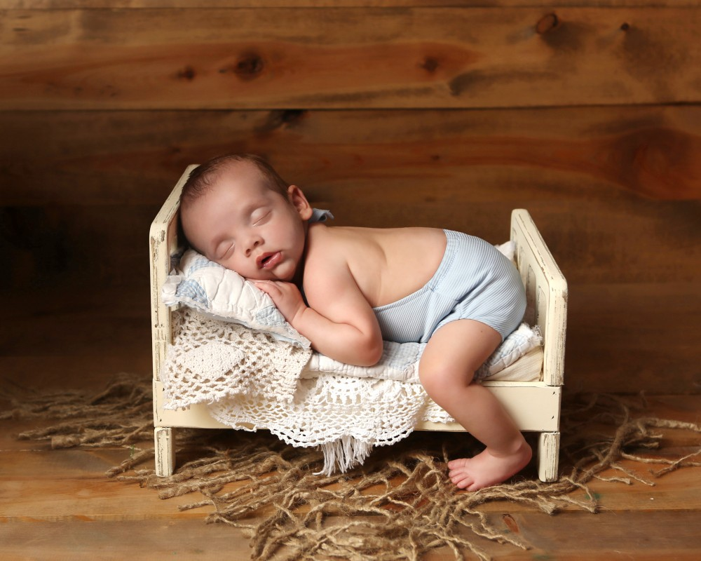 newborn-sleeping-bed-photo-indianapolis