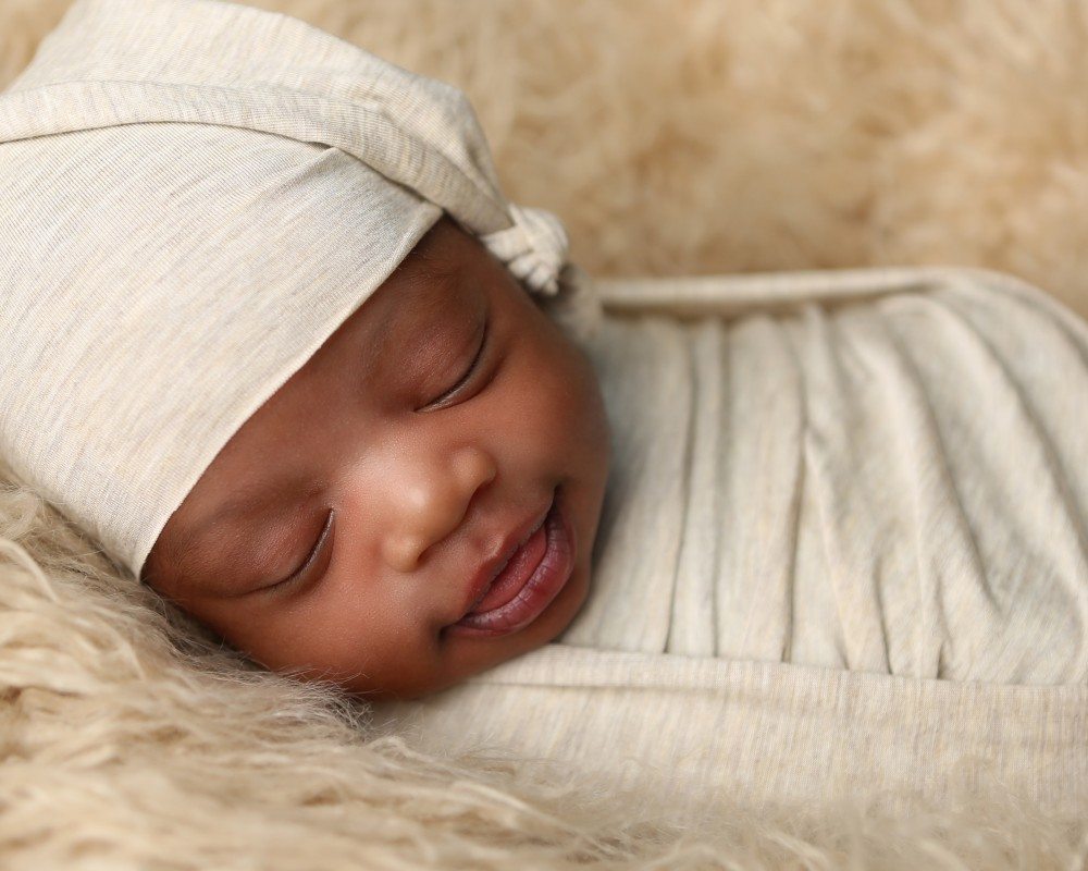 newborn-sleepy-hat-photo-indianapolis