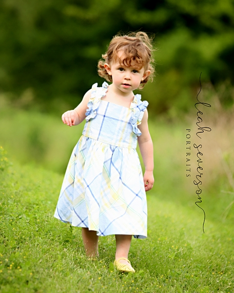 childrens-photographer-indianapolis-elise-in-field