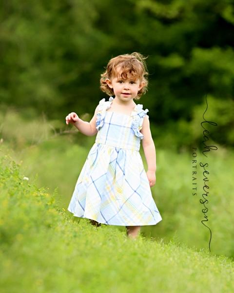 childrens-portrait-studio-carmel-in-playing-in-field-elise